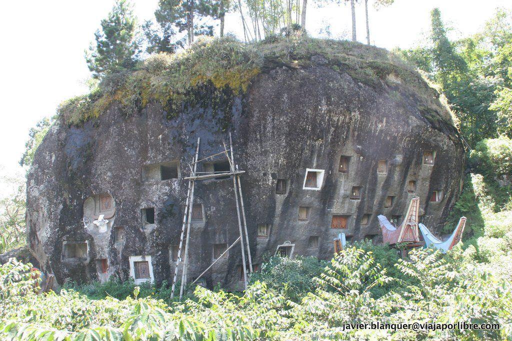 Tumbas excavabas en la roca