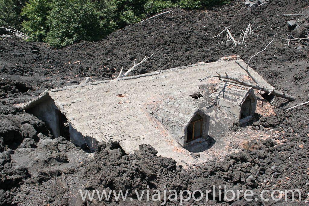 Casa tapada por la lava