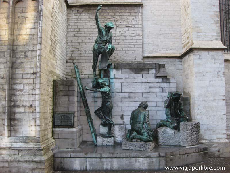 Amberes - Estatua de los albaniles de la catedral de nuestra senora