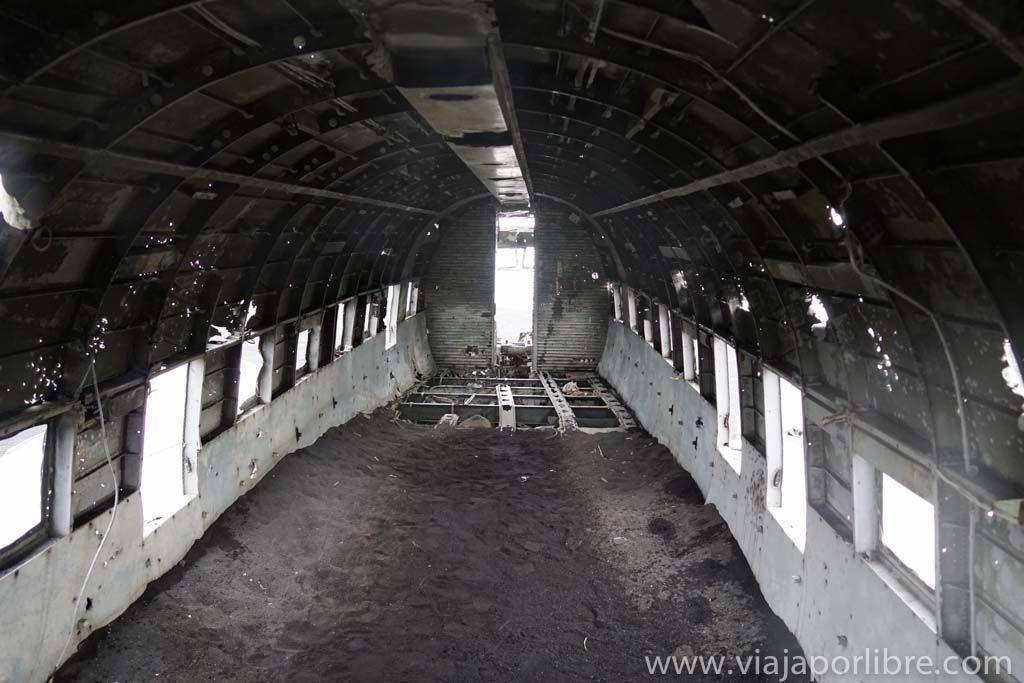 Interior del avión estrellado