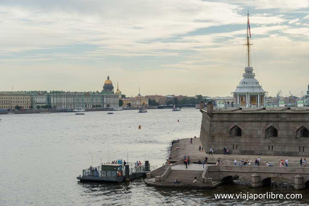 Fortaleza de Pedro y Pablo junto al río Neva