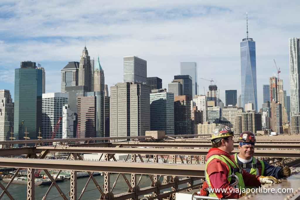 Dos trabajdores en el Puente de Brooklyn