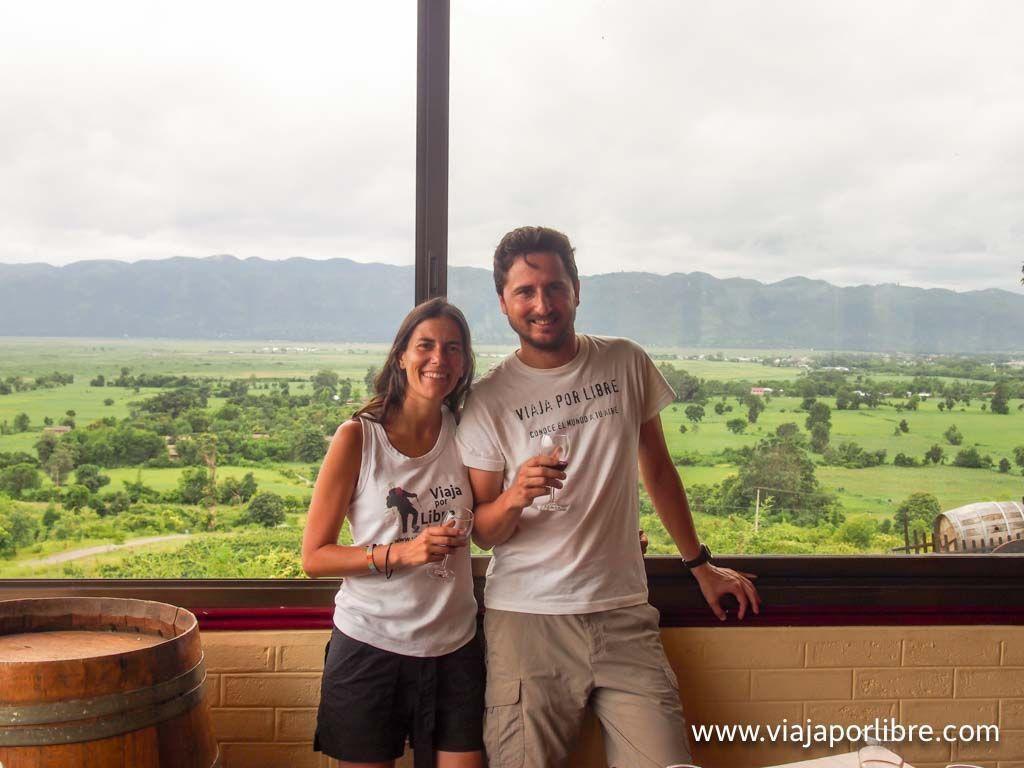 Tomando un vino en Myanmar, mataratas por cierto..