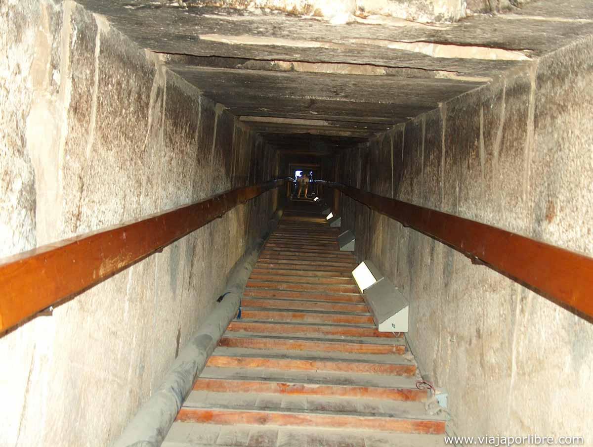 Interior de una pirámide