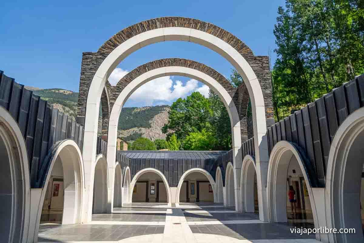 Santuario de Meritxell con vistas a la montaña