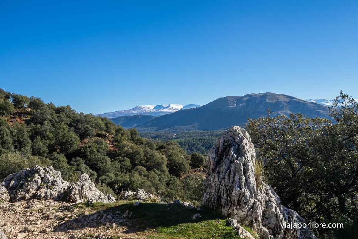 La Sierra de Huétor con Sierra Nevada al fondo