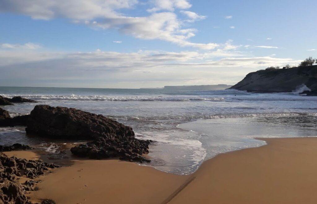 La playa de Mataleñas en Cueto